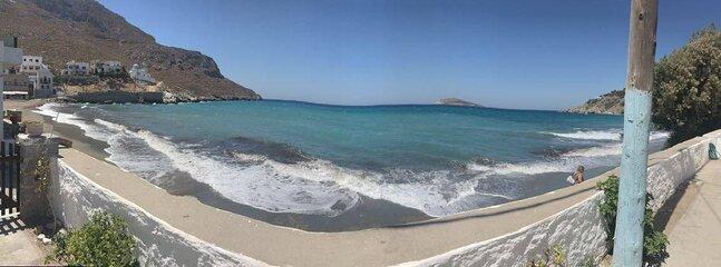 Η παραλία μπροστά από την Villa Kantouni