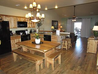 *3 BR, 2 Bath Lodge Cabin on Table Rock Lake with Dock Access