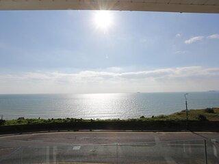 BOURNECOAST: MODERN HOME ON CLIFFTOP-SEA VIEWS, BALCONY, GARDEN & PARKING-HB6314