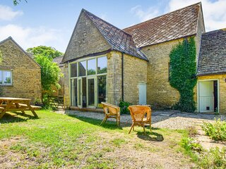 Butts Farm, Poulton, Cotswolds - sleeps 12 guests  in 5 bedrooms
