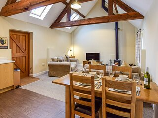 Combine Shed - Open plan living area, wood-burning stove and pet-friendly barn c