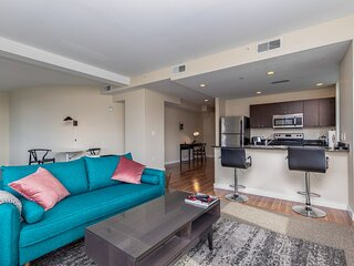 Spacious DT 2BR with Free Parking by Zencity