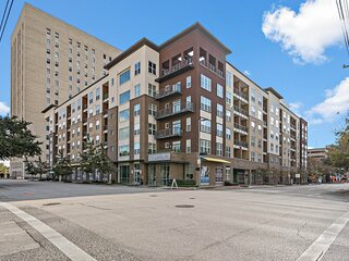 Deep Cleaned Modern 2BR Apt – Downtown Location