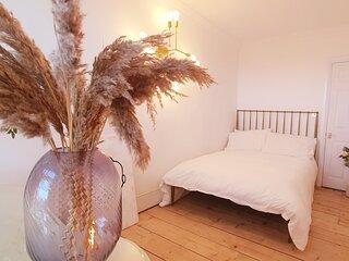 Elegant 5 bed 4 bath 'Vogue House' Parisian style