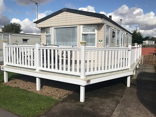 3 Bed Caravan with decking, private garden & parking space