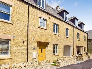Hawthorn Cottage, Northleach, Cotswolds - sleeps 8 guests  in 4 bedrooms