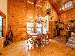 Walk-in Log Cabin with Fireplace & Screened-in Balcony - Heart of Branson