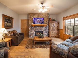 Newly Remodeled Cedar Log Cabin - Gas Fireplace & Screened Porch