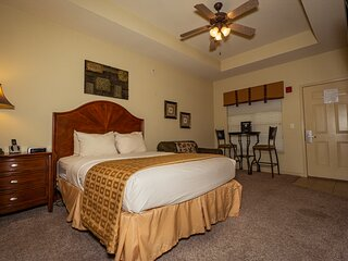 Queen Bed Golf Suite with Kitchenette