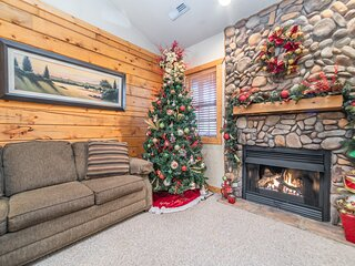 Walk-in Cedar Log Cabin - Just off of Hwy 76! Minutes from Shows!