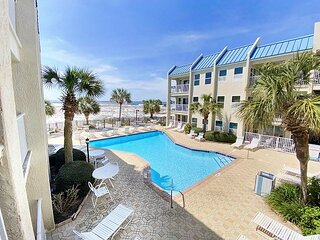 ~BEACH FRONT Condo with Pool Views~ FREE PARASAILING