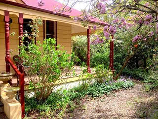 Holmcroft Relax! Enjoy the Ambience! Easy stroll to Leura! Quiet St
