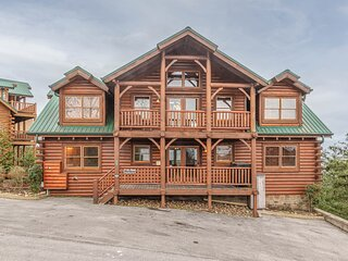 MountainTop Cabin, 8 Bedrooms, Sleeps 34, Resort Pool, amazing views, Hot Tub