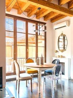 "Amplia mesa de comedor con sillas de estilo ""Louis XV"""