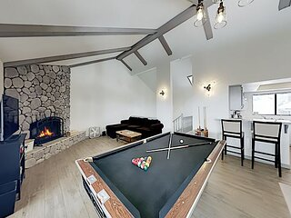 Dual-Suite Gem with Pool Table | Hot Tub, Tennis & Game Room | Walk to Slopes