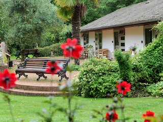 Pinetum Garden Cottages - Moongate 2