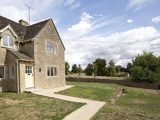 Meadow View 2 - A bright and spacious dog-friendly cottage in the picturesque Co