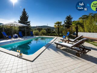 Beautiful Villa Vicencin, in Šibenik, with a Pool