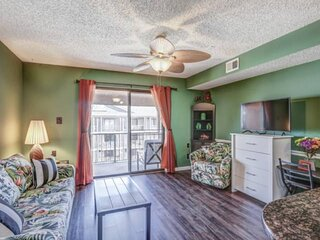 NEW LISTING Book this charming, cozy 1BR 1BA condo on 33rd St. FREE linens and t