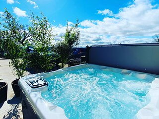 Rustic Retreats: Owslow Cottage with Hot Tub & Alpaca Walking Experience