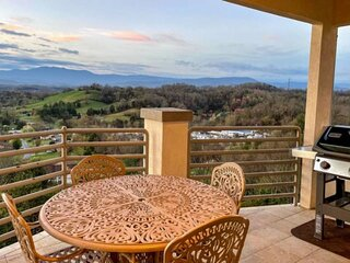 Come love the views at LOVE VIEW! Spacious 2-King Bedrooms-Panoramic VIEWS/Jacuz