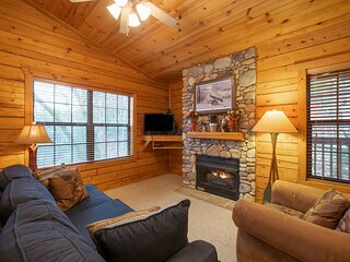 Romantic Walk in Cabin for Two with King Bed, Jacuzzi Tub & Fireplace