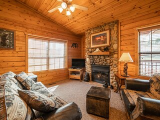 Romantic Walk-in Cabin for Two in the Heart of Branson - Jacuzzi Tub