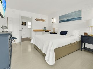 Boutique hotel Queen room 1 block from the Beach!