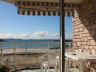 A ERQUY, face a la plage du centre et vue sur le port de peche
