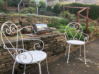 Private Bungalow: Garden, BBQ, parking - sleeps 6. Quiet location.