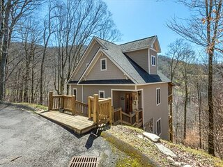Hearth & Gnome | Pet-friendly Cottage with Deck & Stunning Mountain Views!