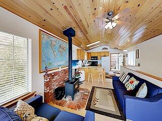 Lovely Cabin   2 Decks   Panoramic Mountain Views   Walk to Lake