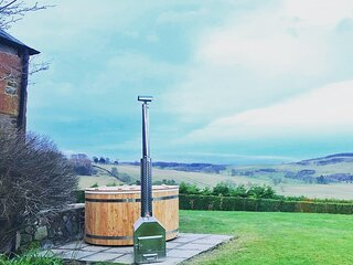 Outfield - pet friendly with private wood burning hot tub and panoramic views