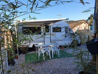 Camping-car avec jardinet privé