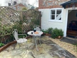 The Lavender Folly - Cosy Accomodation Alresford, holiday rental in Preston Candover