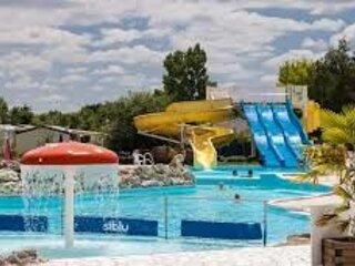 Nice bungalow with shared pool, location de vacances à Chambon-sur-Cisse