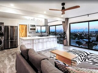 Exceptional Vacation Home with Full Kitchen & Glam of Hollywood!