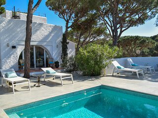 Villa to 1.5 kms from the beach.Capacity 8 people. Private Pool.