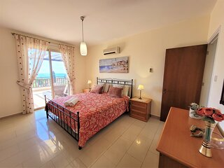 Comfortable 4 bedroom villa located in the popular tourist area of Coral Bay.