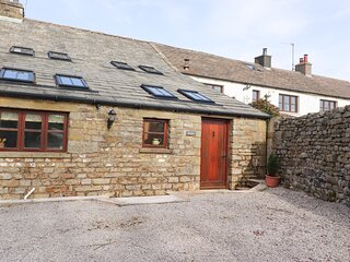 USHERWOODS BARN, pet friendly, luxury holiday cottage, with a garden in Tatham