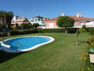 Quiet apartament with terrace, swimming pool, parking and community gardens.