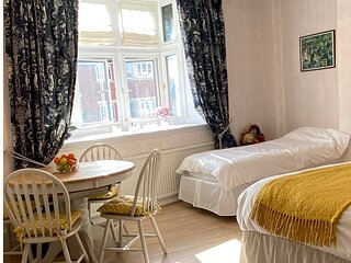 DELUXE BED & BREAKFAST IN THE HEART OF HENLEY VERY NEAR THE RIVER SLEEPS 7 MAX