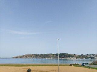 A ERQUY, en bordure de la plage du centre, face au port de pêche.