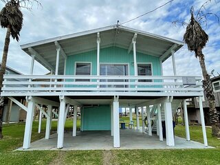 Fun in the Sun! Cozy Beach Pad, Gulf Views and Easy Access to the Sand!