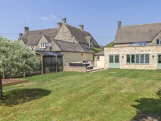 South Winds - A stylish Cotswold stone holiday home with a spacious open-plan li