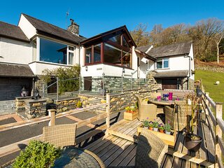 BROWSIDE, pet-friendly, hot tub, lake views, near Coniston