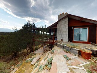 Hideout Ft Abajo 2 BR Cabin, Stunning Views, Secluded!