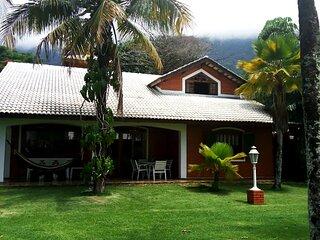Casa perto da areia em Guaecá com Wi-Fi e churrasq