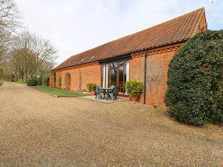 PEAR TREE ground floor, communal games area, four-poster bed in Fakenham Ref