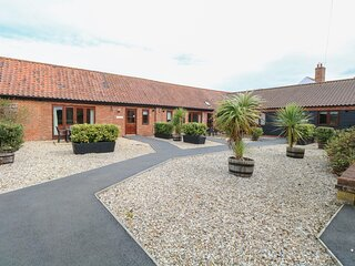 WILLOW, single-storey, romantic retreat, spa bath, private patio, in Fakenham